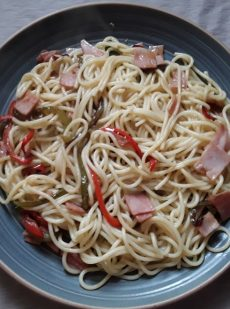 Pasta with peppers and cooked ham